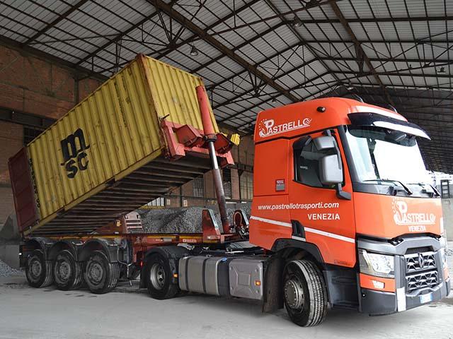 logistica-siderurgico-camion-scarico-materie-prime