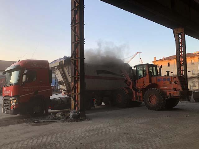 logistica-siderurgico-carico-vasca-con-pala-meccanica