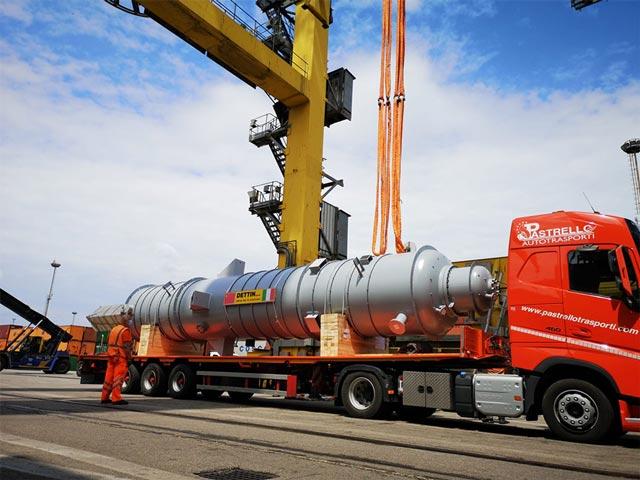 pastrello-attivita-terminalistica-trasporti-eccezionali-carico-su-camion-porto-pala-eolica