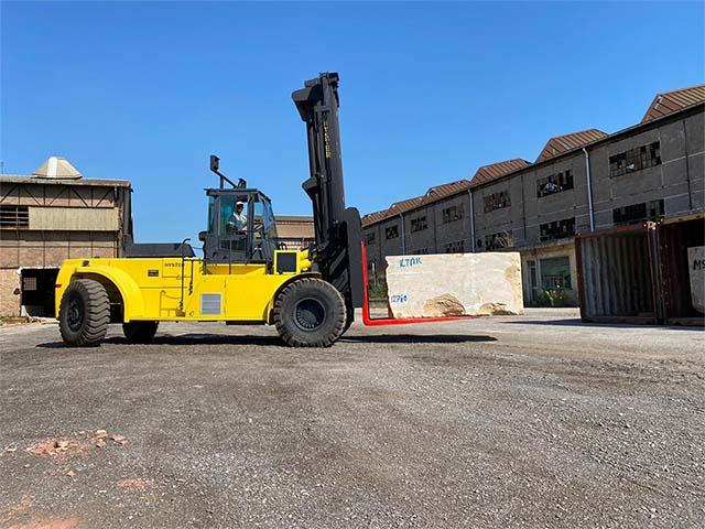 pastrello-autotrasporti-logistica-deposito-movimentazione-marmo-pesante-foto-svuotamento-movimentazione-piazzale