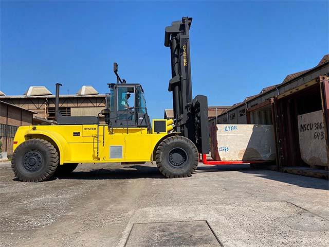 pastrello-autotrasporti-logistica-deposito-movimentazione-marmo-pesante-movimentazione-carrello-elevatore-piazzale