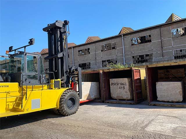 pastrello-autotrasporti-logistica-deposito-movimentazione-marmo-pesante-svuotamento-container