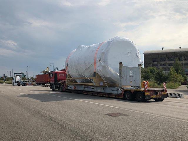 pastrello-trasporti-eccezionali-via-mare-flat-rack-pesante-grandi-dimensioni-su-strada-tessuto-termoretraibile