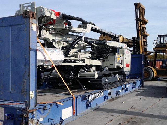 pastrello-trasporti-import-export-container-eccezionali-pesanti-cingolato-su-rimorchio-flat-rack