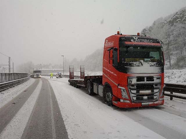 pastrello-trasporti-italia-bulgaria-eccezionali-camion-innevato