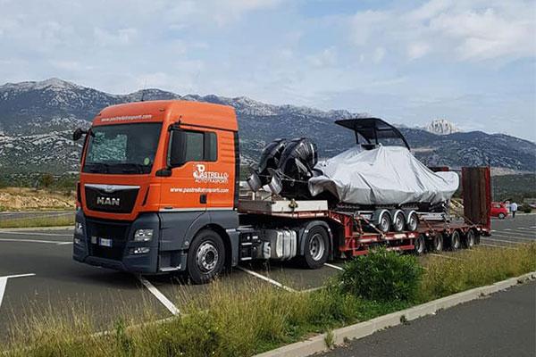 Barca su camion in parcheggio